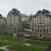 Die Uferpromenade am Palast